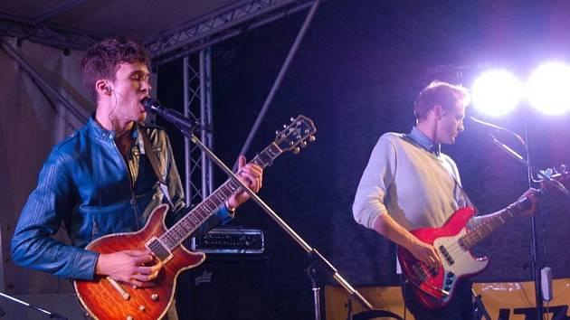 Třinecká indie-popová kapela Charlie Straight vystoupila v sobotu 5. května na hradě Helfštýn a završila tak doprovodný program dvoudenního Author Šela Marathonu