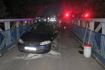 Nehoda řidičky renaultu na mostě k fotbalovému hřišti v Kojetíně