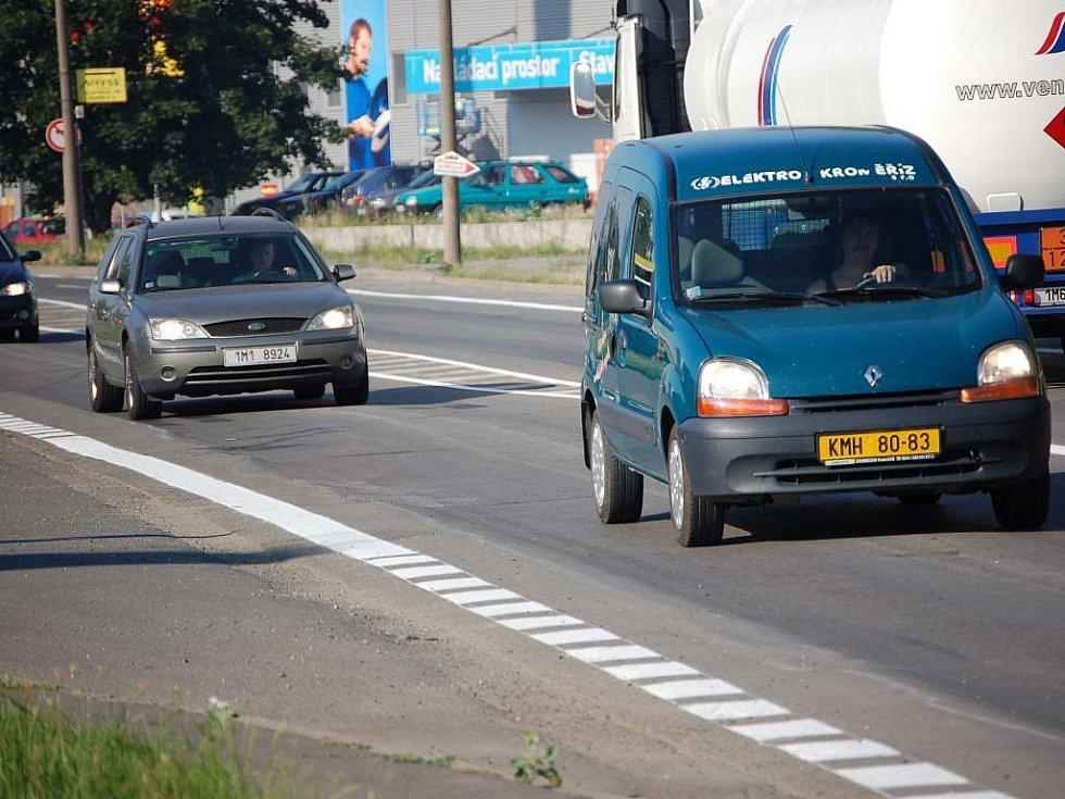 Rekonstrukce Polní ulice v Přerově, která ucpala dopravu v celém městě, je u konce. Řidiči ve čtvrtek bez problémů projížděli úsekem, který se spravoval asi tři týdny
