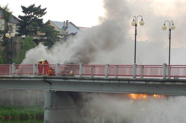Požár, který vznikl od elektroinstalace na lávce Uloděnice