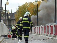 Hasiči zasahují u požáru lávky U Loděnice v Přerově. 18. října 2013