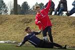 Fotbalisté Želatovic (v červeném) v přípravě proti Beňovu.