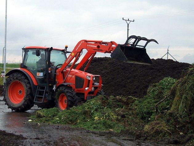 Do nové kompostárny v areálu skládky v Žeravicích svážejí pracovníci technických služeb biologicky rozložitelný odpad.
