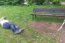 Bezdomovec proseděl sberlemi proseděl celou noc na lavičce.