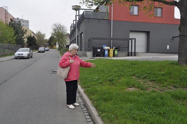 Obyvatelé Domu s pečovatelskou službou v Tyršově ulici v Předmostí u Přerova už dvanáct let bojují za novou zastávku, ke které by to měli blíže než dosud. Město na jejich požadavek konečně kývlo - Jindřiška Hubková ukazuje místa, kde by měla být