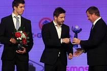 Kouč fotbalové reprezentace Pavel Vrba předává Zlatého kanára 2013 Janu Hájkovi, členu Daviscupového týmu ČR