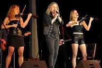 Dívčí smyčcové trio Inflangranti a zpěvák Kabátů Pepu Vojtka