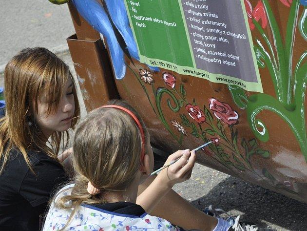 Pod rukama dětí z přerovských ZŠ vznikají celý měsíc originální díla, která malují na kontejnery na rostlinný odpad. Tento týden v úterý se do soutěže, jejímž mediálním partnerem je i Přerovský a hranický deník, zapojily také dva týmy ze ZŠ U Tenisu