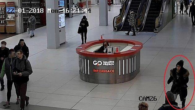 Policisté žádají veřejnost při hledání ženy, která kradla v nákupní Galerii v Přerově.