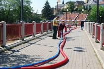 Odstraňování následků požáru na lávce U loděnice