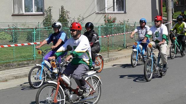 """V Radvanicích se konal devátý ročník závodu mopedů, takzvaných """"kozích dechů""""."""