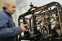 Původní věžní hodinový stroj, který byl osazen do věžičky Městského (tehdy Záloženského) domu v Přerově v říjnu 1897, je znovu zpřístupněn veřejnosti na chodbě druhého patra přerovského zámku.