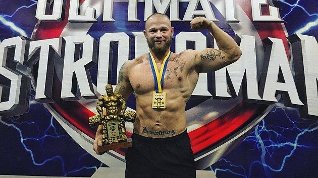 Přerovský strongman Jiří Tkadlčík na Ukrajině ovládl MS v mrtvém tahu strongmanů do 105 kg. Zvedl 382 kg, což je nový světový rekord. Na následném MS týmů se s československým výběrem umístil na třetím místě