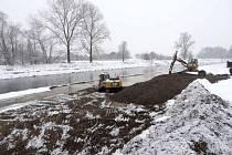 Bagry odstraňovaly ve čtvrtek u Lipníku nánosy štěrku z koryta řeky Bečvy