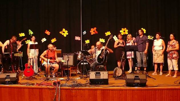 Přerovská skupina Entuziasté oslaví 40 let svého trvání (na snímku ve studiu při nahrávání a na koncertě)