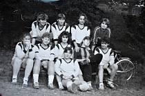 Od roku 1953 se v Dluhonicích hrála soutěž Národní házené.  Družstvo žen rok 1989: dolní řada zleva H.Suchánková, J.Horáková, J.Pavlíková, J.Lebrušková, L.Dokoupilová, J.Mánková. Horní řada zleva: J.Nevřelová, M.Zlámalová, R.Vykopalová, I.Dokoupilová.