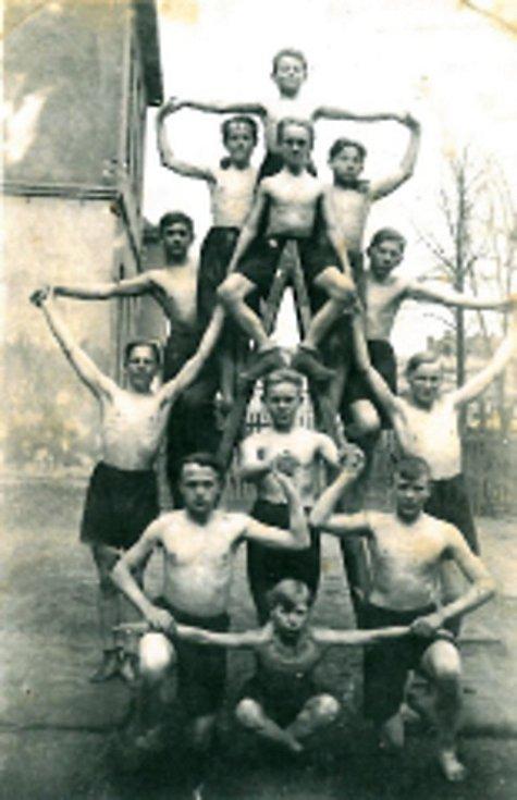 V roce 1935 nebyla v Loučce tělocvična. Sokoli tak museli cvičit v místním parku.