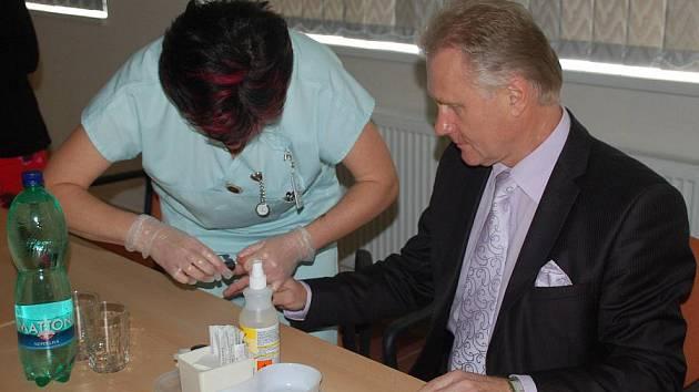 Podpořit Světový den diabetu přišli do přerovské nemocnice zástupci vedení města. Lidé si mohli nechat zdarma změřit krevní tlak a zjistit hladinu cukru v krvi.