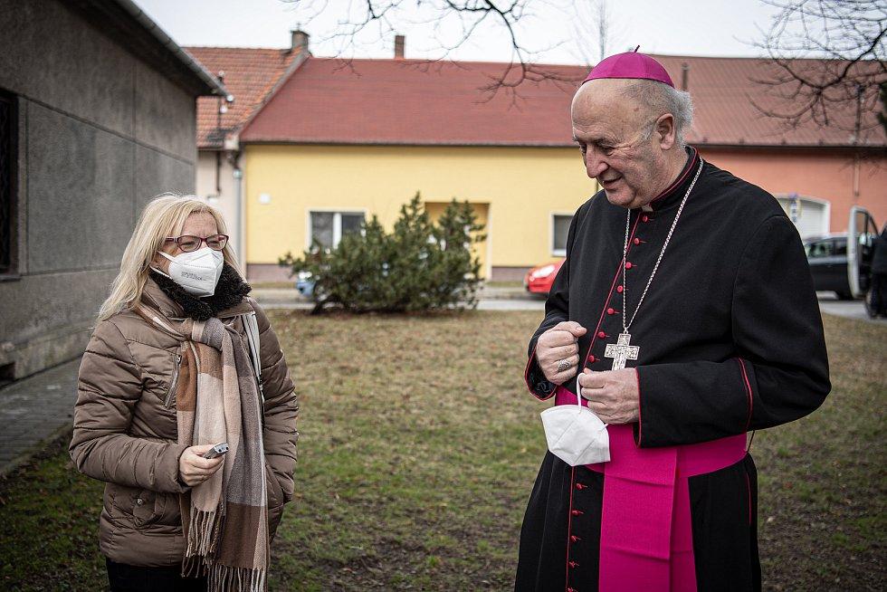 Slavnostní bohoslužba k 100. výročí vysvědčení Antonína Cyrila Stojana olomouckým arcibiskupem, 14. března 2021 v Běnově. (vpravo) Arcibiskup Jan Graubner.