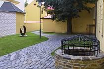 Vchod do zámeckého areálu v Lipníku nad Bečvou ozdobí nová kovaná plastika. Její autor ji zde vystavoval vloni, na přání města se však rozhodl vytvořit pro Lipník druhý originál, který zde zůstane na stálo.
