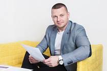 Na snímku Michal Zapletal při podpisu smlouvy
