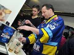 Ředitel pivovaru Zubr Tomáš Pluháček čepuje přerovským hokejistům pivo po vítězném utkání se Sokolovem a postupu do 1. ligy.