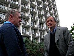 Ministři Prachař a Stropnický u opuštěného hotelu Strojař v Přerově