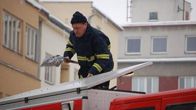 Převisy sněhu, které ohrožovaly chodce u Základní školy B. Němcové v Přerově, odstraňovali v pondělí hasiči. Aby nedošlo k úrazu, ohraničili okolí školy páskou.