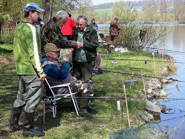 Více než dvě stovky závodníků obsadily břehy štěrkových jezer v Hustopečích nad Bečvou, kde se v sobotu konaly tradiční rybářské závody.