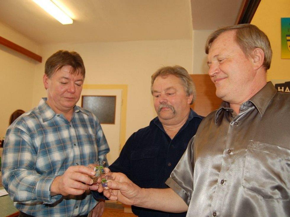 Ze 105 vzorků slivovice a 23 likérů vybírala letos porota vítěze degustační soutěže Beňovský slivkošt. Šampionem letošního ročníku se stal vzorek trnky z roku 2011 od pěstitele Jiřího Bělaře z Běňova.
