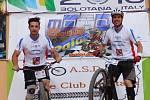 Vlevo Matěj Popelka, vpravo Pavel Procházka. Přerovští biketrialisté zářili na ME v Sardinii