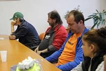Devět dlouhodobě nezaměstnaných, kteří byli více jak dva roky v evidenci Úřadu práce, nastoupilo v pondělí do práce k technickým službám. Po prvním školení vyfasovali pracovní oděv a dali se do úklidu.