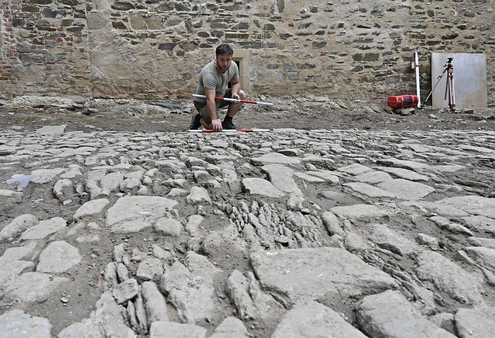 Archeologové provádějí dokumentaci renesanční dlažby na hradě Helfštýně