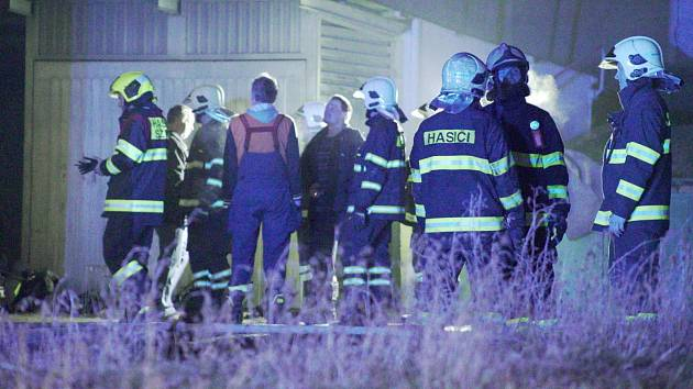 Hasiči zasahují u požáru bytového domu v Horní Moštěnici