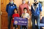 Fotbalisté 1. FC Viktorie Přerov pomáhají potřebným. Předseda klubu Břetislav Holouš (vlevo) a místopředseda Vít Koplík (vpravo) v Dětském domě Přerov.