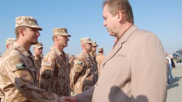 Stovka vojáků přerovské vrtulníkové základny, kteří se vrátili z mise ISAF v Afghánistánu, obdržela vyznamenání