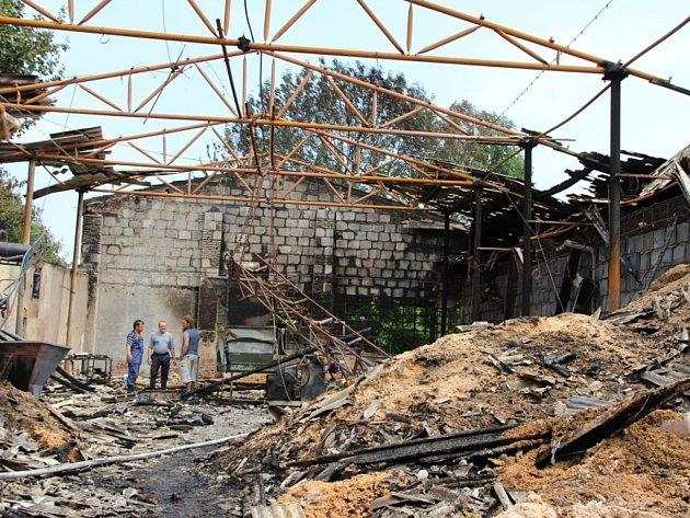 Mohutný požár výrobny dřevěných briket v místní části Lipníku Loučka likvidovalo v sobotu nad ránem sedm hasičských jednotek.