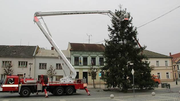 Zdobení vánočního stromu na Masarykově náměstí v Přerově. 23.11.2020