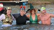 Tradiční silvestrovská show otužilců v řece Bečvě v Přerově
