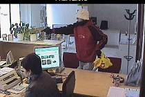 Přepadení banky v Tovačově - 25.1.2012 - záběry z bezpečnostních kamer na lupiče