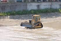 Přerované kroutí hlavami. V posledních dnech zde totiž bagry čistí řeku Bečvu a z proudícího toku se tak stalo mělké pískoviště. Sledování dělníků při práci je nyní oblíbenou atrakcí místních obyvatel.