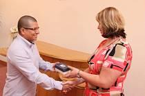 Dvaatřicetiletý Eduardo Junior Fernandez Gomez z Peru obdržel po čtrnácti letech pobytu v ČR české občanství.