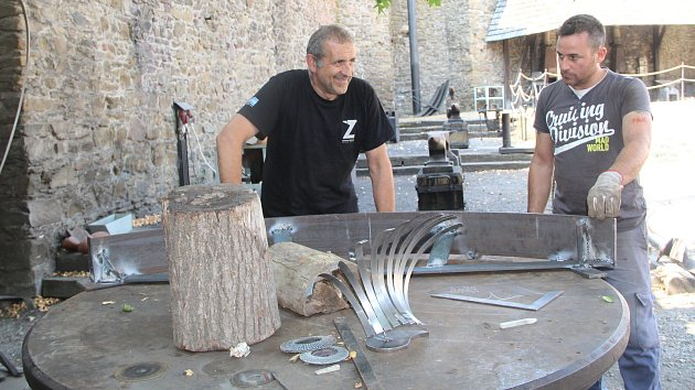 Helfštýn obsadili umělečtí kováři, kteří během tradičního Kovářského fóra zhotoví plastiku, a tu pak věnují hradu. Plastiku letos tvoří dva umělečtí kováři z Itálie Roberto Magni a Rosario Maglione společně s Egorem Bavykinem, což je Rus, který žije v Itá