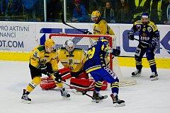 Hokejisté Přerova (v modrém) proti Vsetínu (2:1).