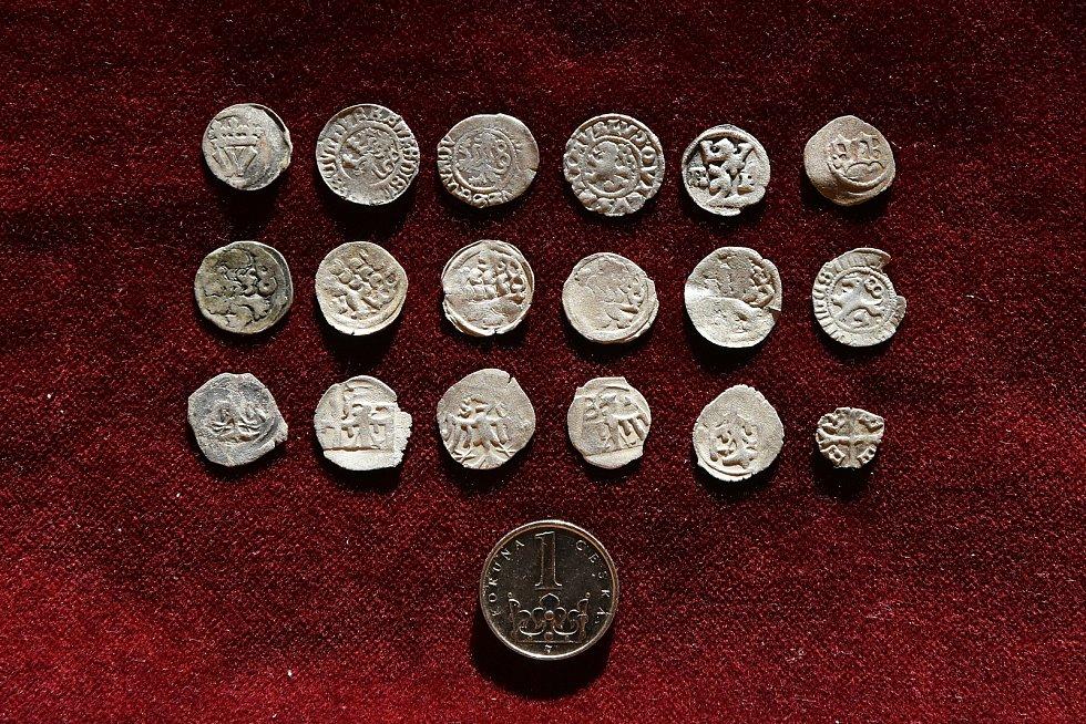 Kolekce ztrátových mincí z15. a 16. století, které našli archeologové na severní terase paláce hradu Helfštýna.