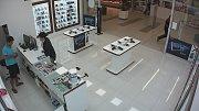 Nákupní galerie v Přerově se stává čím dál častěji terčem útoků zlodějů. Jeden z nich si 16. dubna odnesl z prodejny mobilní telefon za více než 21 tisíc korun.  Pachatele zachytily kamery.