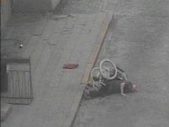 Opilý muž si ustlal na vozovce.