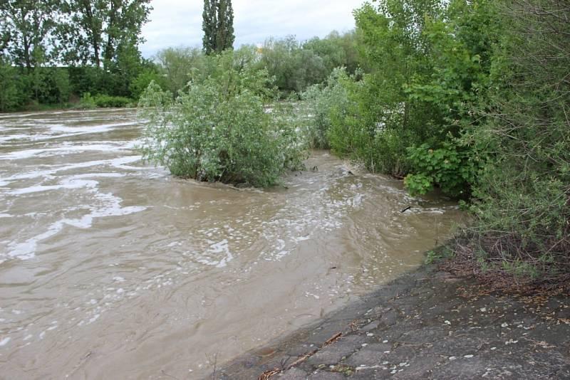 Rozvodněná Bečva 16. května 2014 - záběry z přerovského jezu v 15 hodin odpoledne