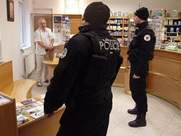 Všechno vpořádku? Stouto větou vstupují nyní do obchodů vPřerově městští strážníci.