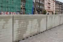 Stavba protipovodňové zídky na nábřeží Edvarda Beneše v Přerově. Konec dubna 2017